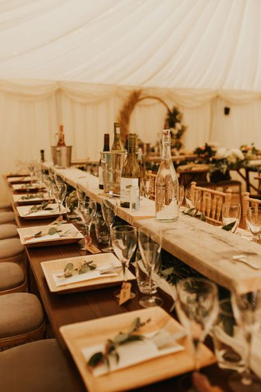 顶桌有竹板、树叶装饰和行李牌、名片