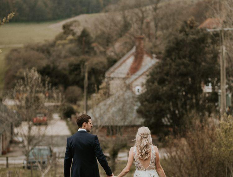 在婚礼上,穿着礼服和新郎穿着礼服的礼服,穿着婚礼的礼服
