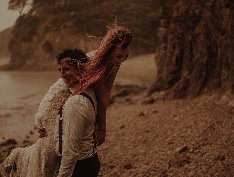 他的新娘把他的肩膀放在怀里