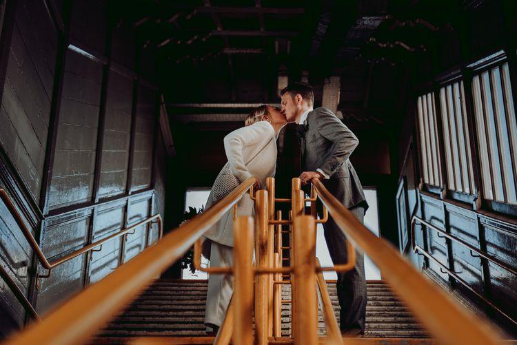 新娘和新郎在电车车站接吻