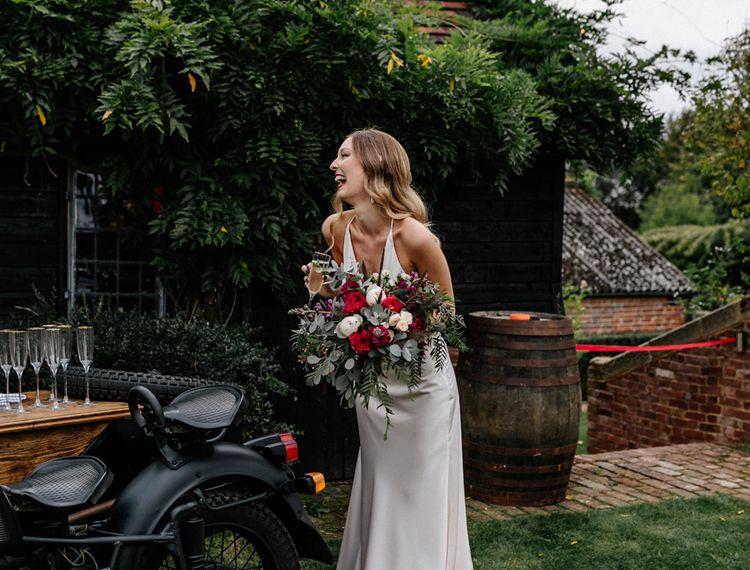 在隔壁的路上,穿着一辆摩托车的高跟鞋,穿着一辆摩托车