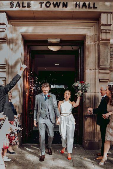 小市政厅微型婚礼五彩纸屑与新娘在马西莫杜蒂连衣裤