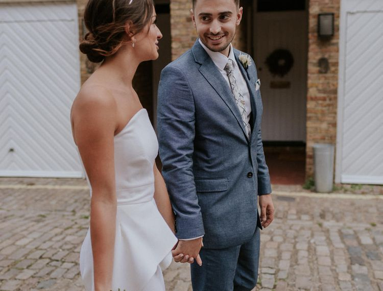 在新娘的婚礼上,她的手和麦克麦蒂一起去