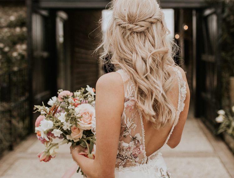 在婚礼上,穿着礼服,穿着鞋子的鞋子,穿着衣服