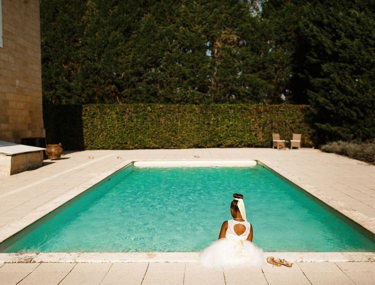 在她的蜜月舞会上,她的睡衣在床上的小泳池里