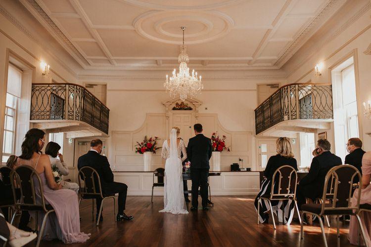 新郎新娘在普尔登记处举行的民间婚礼上交换誓言