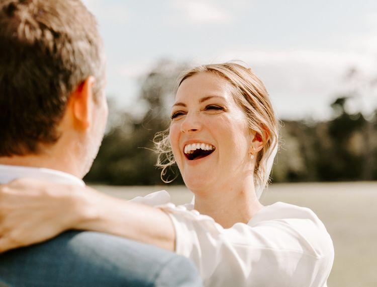 当新郎微笑时,他们会喜欢婚礼的