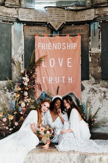 装饰祭坛的粉色织物结婚标志