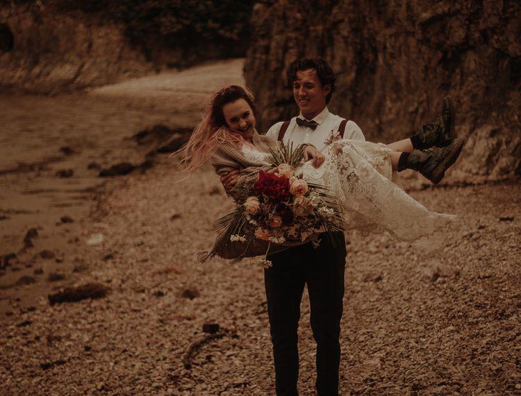 他在纽约的新娘带着婚礼的公寓