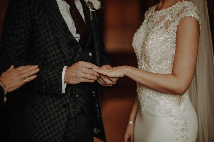 新娘和新郎在婚礼上,婚礼上的红裙和红裙和红裙一起