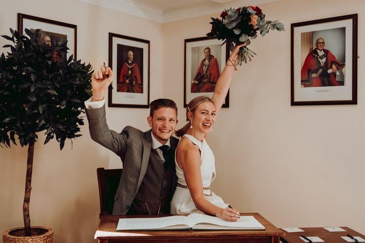 新娘和新郎在微型婚礼上签名