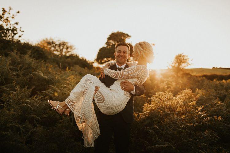 采摘他的新娘的新郎的金黄小时画象