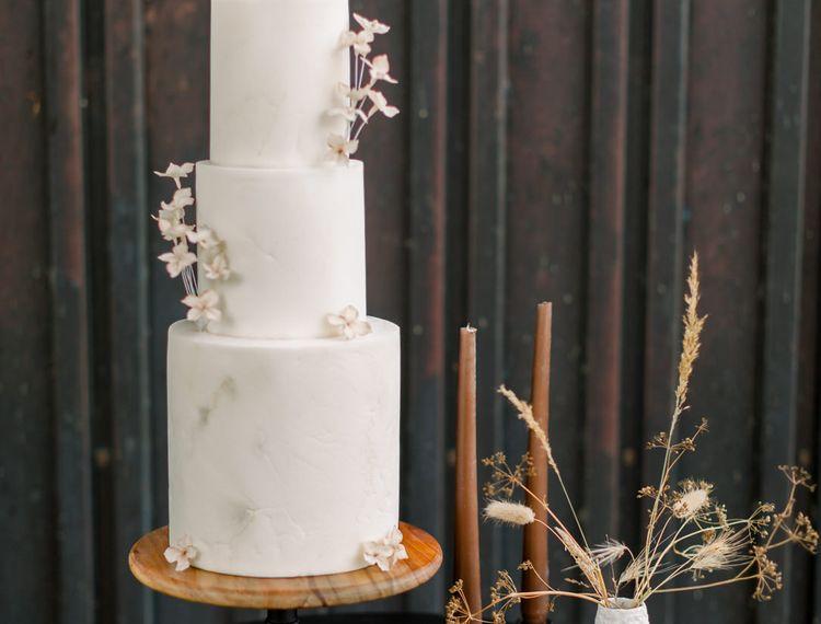 在意大利的婚礼上,装饰着白色的装饰蛋糕