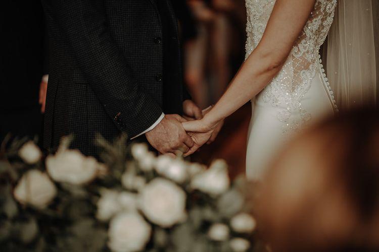 经典的新娘礼服和礼服,穿着礼服