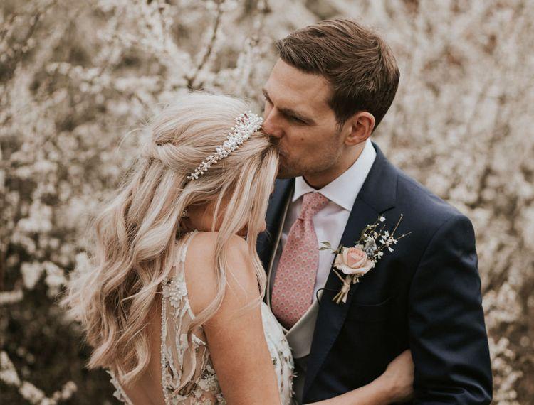 在布鲁克林的小胡子和他的新娘亲吻