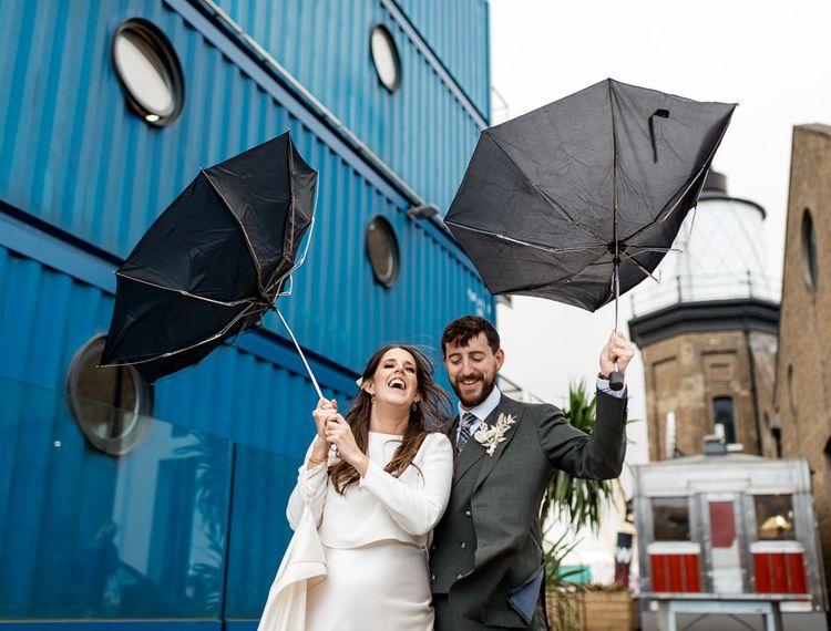 在新郎和雨伞里的新娘一起