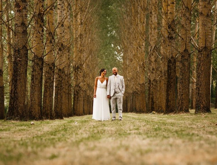 婚礼新娘准备礼服的新郎