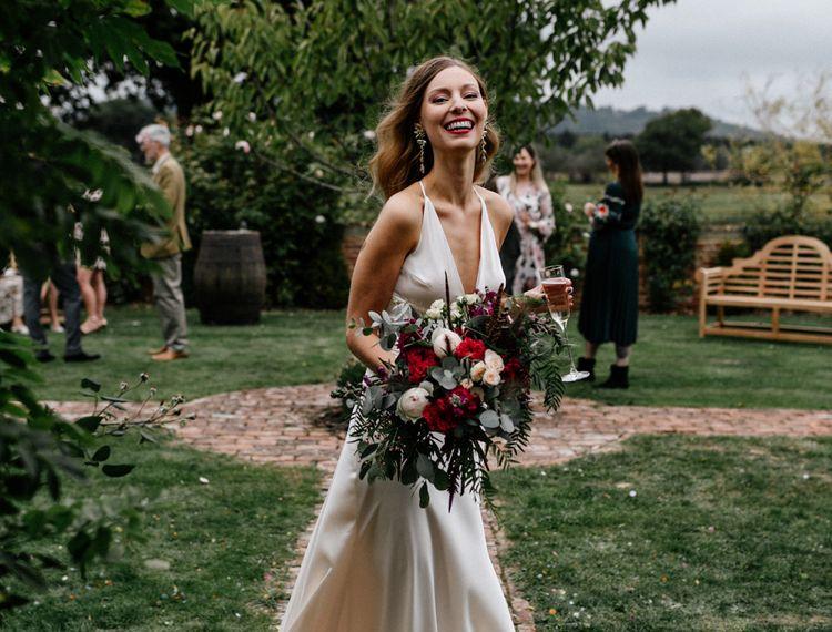 在新娘和玫瑰袜子上的袜子上有一张衣服
