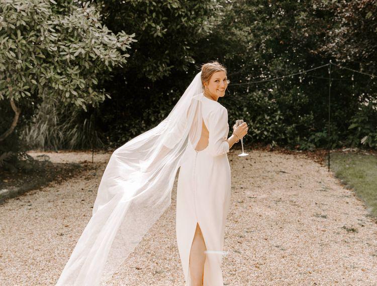 新娘新娘穿着婚纱礼服的裙子很漂亮