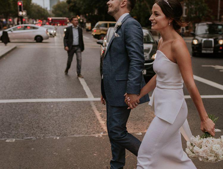 穿着新娘的新娘穿着礼服,穿着礼服,穿着高跟鞋,穿着内衣的裙子