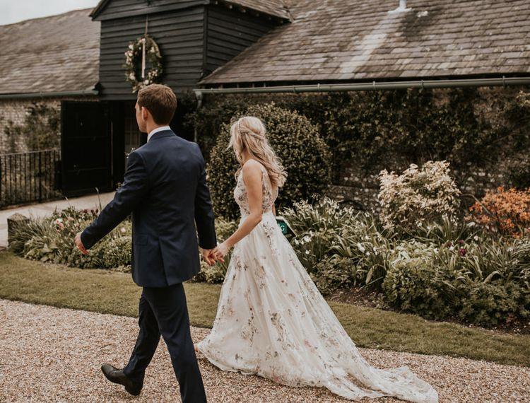 新郎和新郎在他们的婚礼上,他们的衣服在红灯区