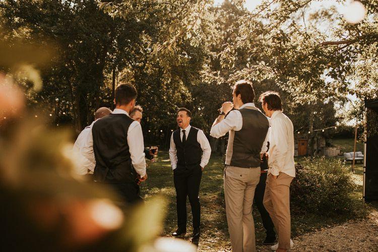 伴郎在微婚礼上笑