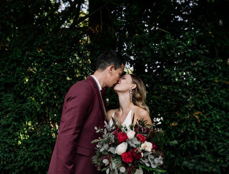 在他的小胡子上亲吻新娘