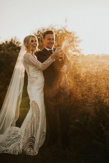 新郎新娘在他们的微型婚礼上开香槟