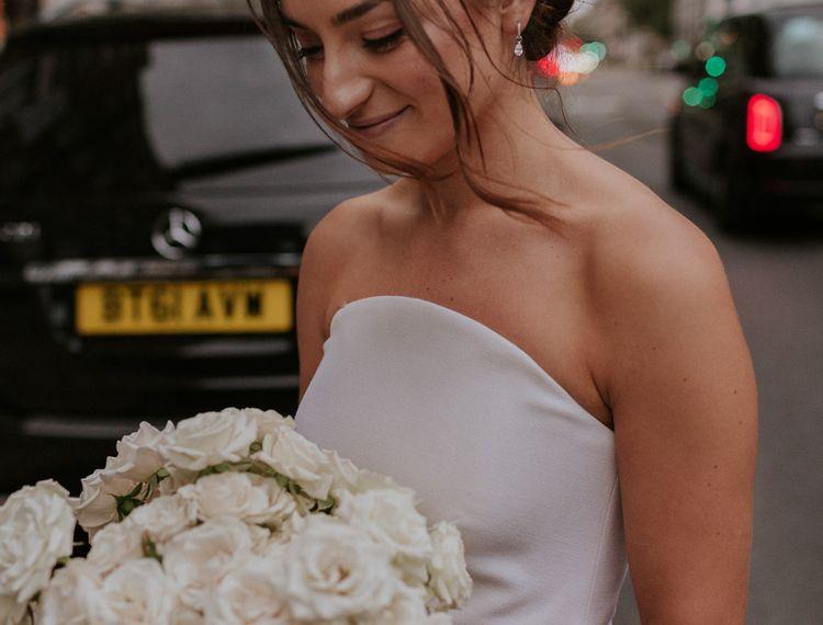 在新娘新娘的婚礼上,穿着粉色裙子的裙子