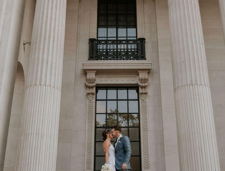 新郎和新娘在一起婚礼上的露西·路易斯