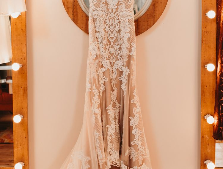 在玛丽·马斯特·丹里的婚礼上,婚礼上的礼服是在雪裙