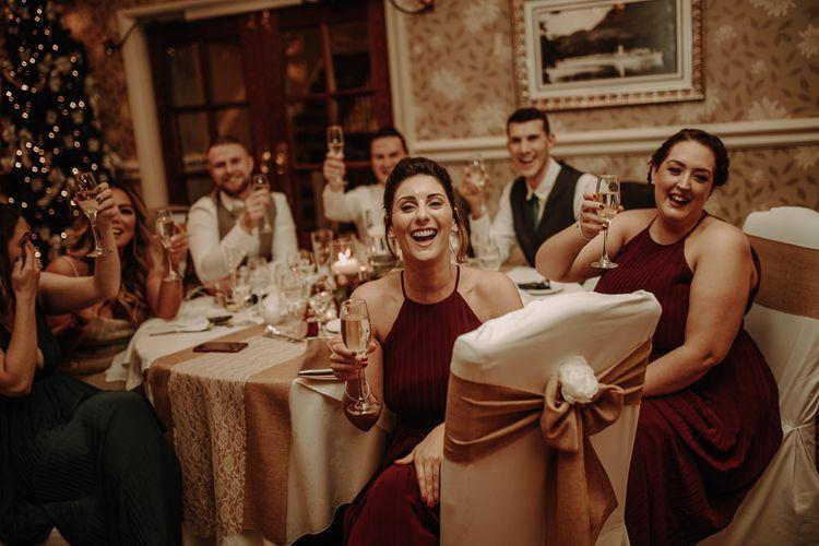 婚礼派对上举办婚礼庆典,为红裙为冬季红酒