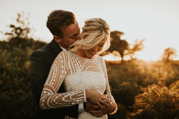 新郎穿着长袖婚纱拥抱新娘