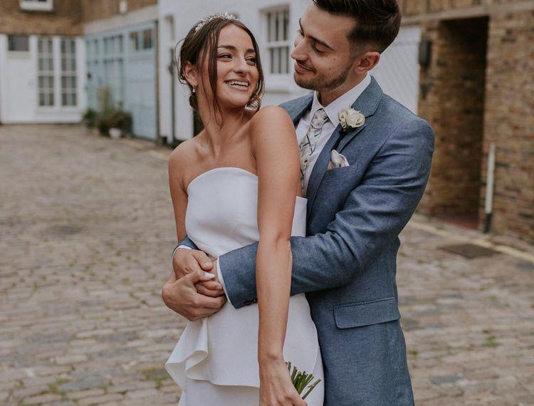 穿着蓝色礼服穿着新娘穿着礼服的新娘穿着礼服