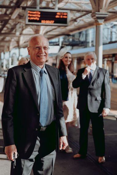 婚礼嘉宾在电车站举行微婚礼