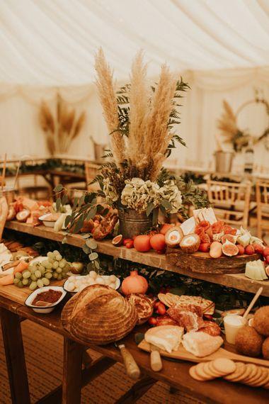 在帐篷里为家庭婚礼共用盘子