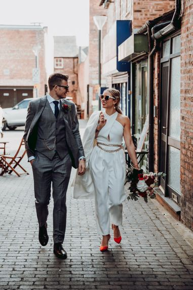 时髦的新娘和新郎走在街上