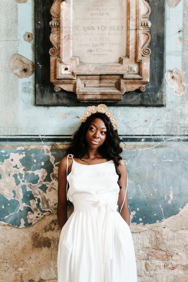 新娘穿着休闲婚纱,头戴柳条新娘冠