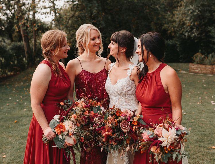 在伴娘婚礼上,穿着礼服和布鲁克林的伴娘礼服