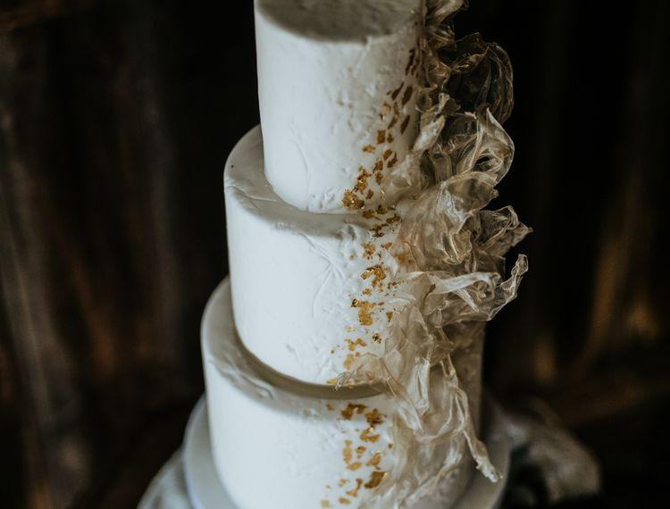 三个婚礼的装饰蛋糕和纪念品