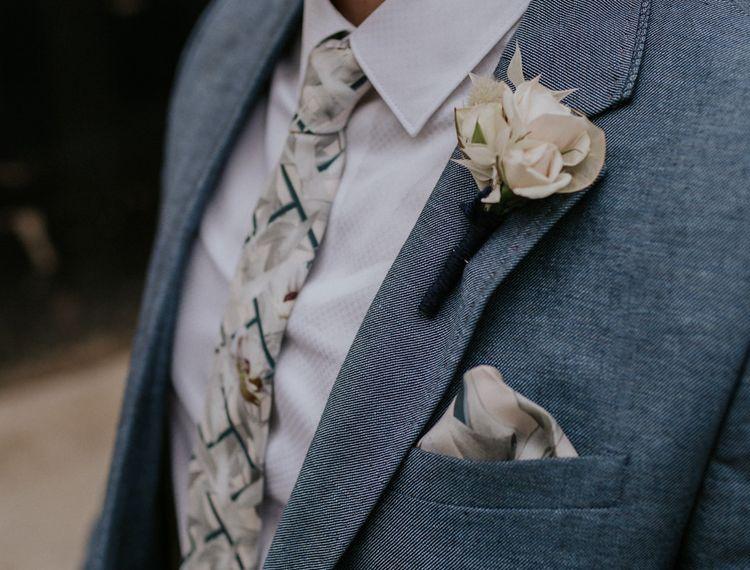 蓝色蓝色西装和白色的领带