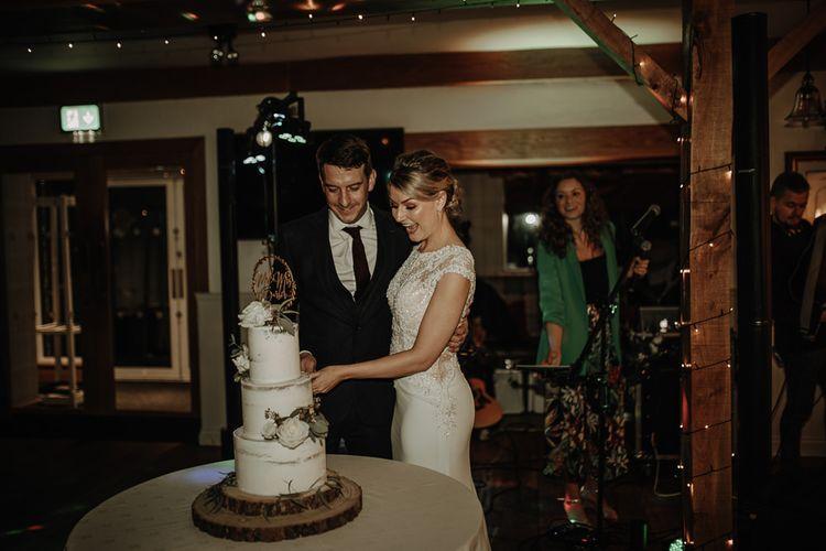 新郎和新郎三个婚礼蛋糕蛋糕蛋糕上的蛋糕