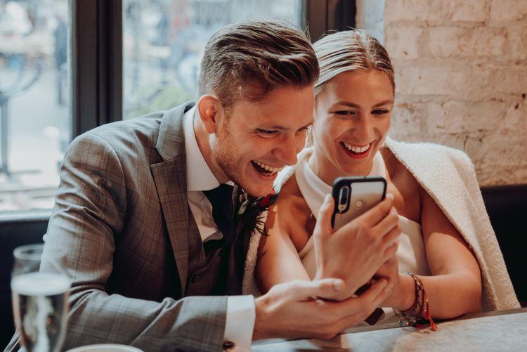 新娘和新郎在微婚礼后和朋友视频聊天