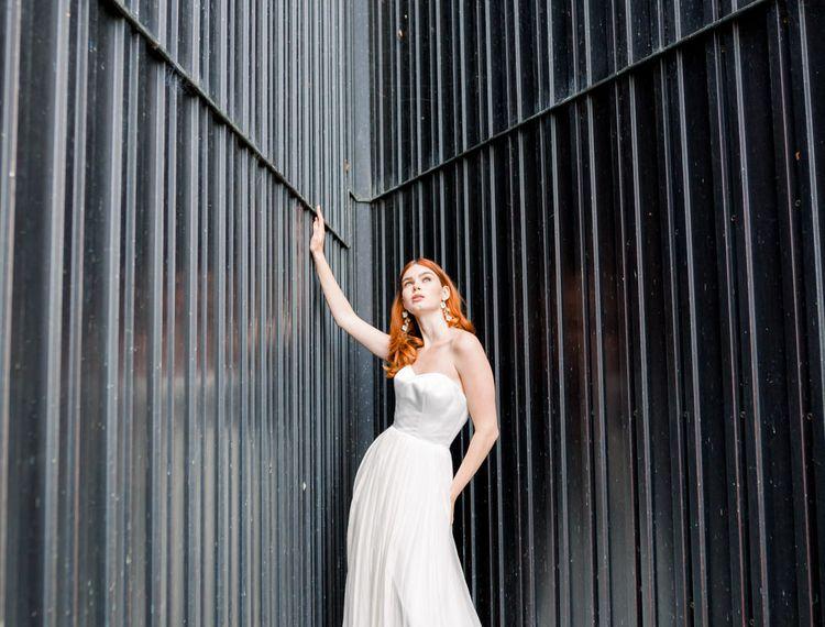 在布鲁克林的一个美丽的雪裙上,穿着一张金发女郎的裙子