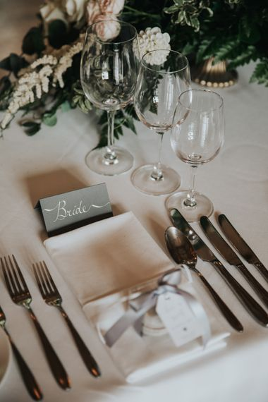 Place setting with macaroon wedding favours