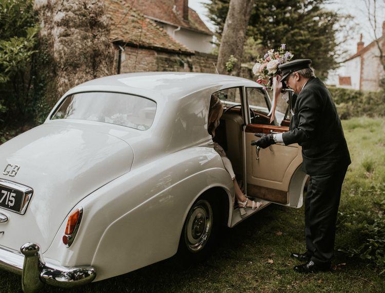 在新娘公寓里的白色轿车