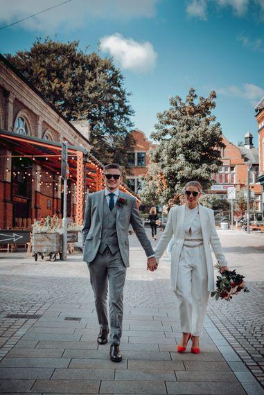 特拉福德微型婚礼上时尚的新娘和新郎