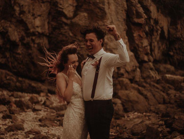 穿着婚纱和新郎新娘的婚礼上的新郎