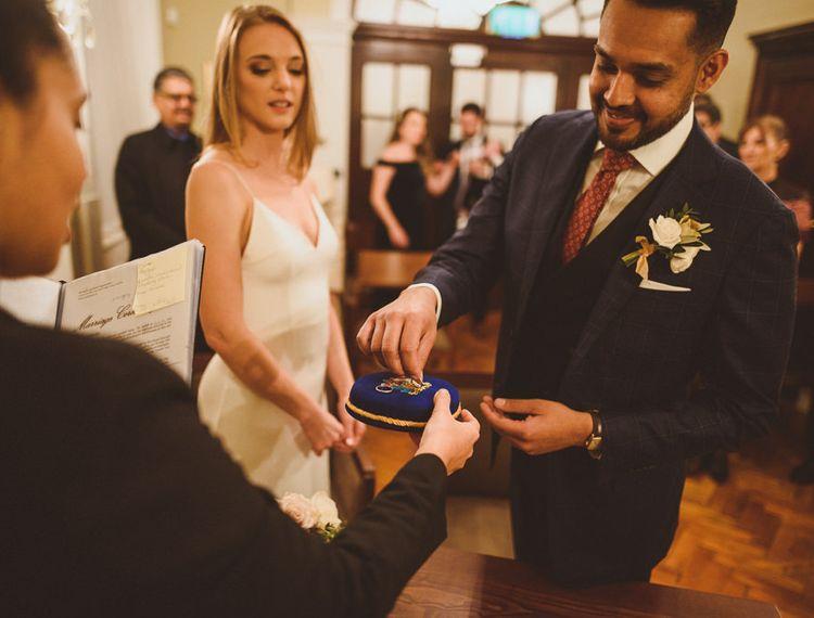 在伦敦市政厅婚礼交换戒指