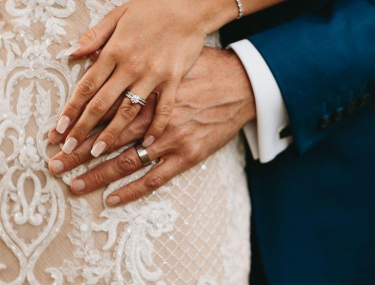 新郎和新娘订婚戒指的婚礼和所有的戒指